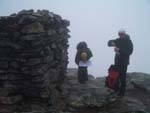 Ola og Lars ved varden p� toppen av Snota